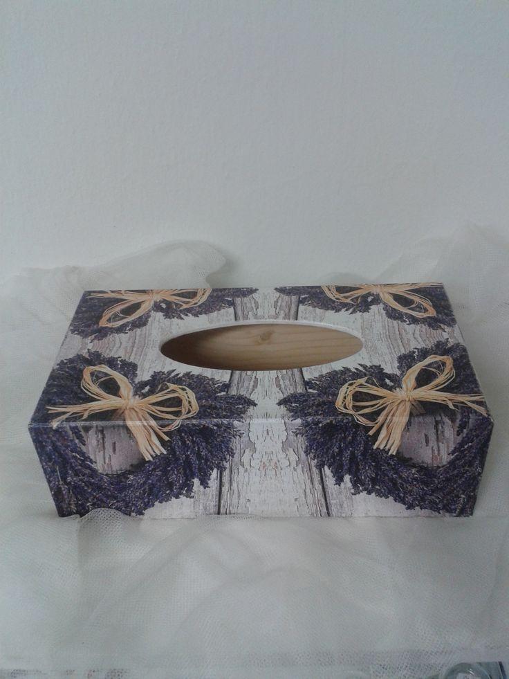 """Krabička+na+kapesníky+""""Srdce+levandule""""+Krabička+je+dřevěná,+má+vysouvací+dno+a+je+přelakovaná+nezávadným+lakem.+Rozměry:+24,5x13x8+cm"""