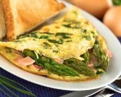 Omelette aux asperges vertes et jambon : http://www.cuisineaz.com/recettes/omelette-aux-asperges-vertes-et-jambon-70009.aspx