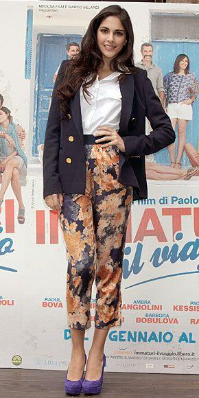 ROCÍO MUÑOZ MORALES    Los pantalones de la actriz española destacan dos de las tendencias del momento: el estampado floral y el estilo cropped o tobillero. Te damos un tip: si tu blazer es holgado, como se usa ahora, dobla un poco las mangas para que no luzca como que es de tu papá, como es el caso de Rocío.
