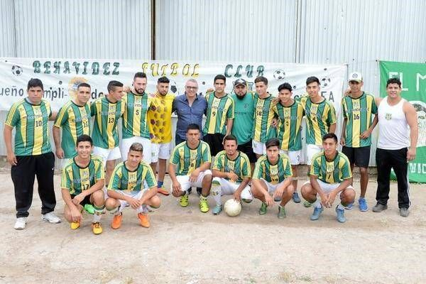Julio Zamora entregó indumentaria deportiva al Benavidez Fútbol Club