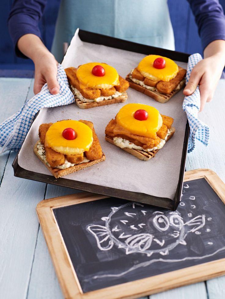Toast mit Fischstäbchen und Ananas   http://eatsmarter.de/rezepte/toast-mit-fischstaebchen-und-ananas