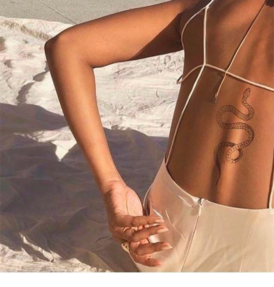 Schönes Schlangentattoo | Inspirierende Damen   – Tattoos – #Damen #inspirieren…
