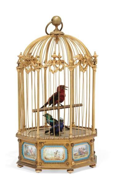 Charles BONTEMS Cage en bronze doré à trois oiseaux automates chanteurs. Elle est formée de colonettes entre lesquelles se trouve alternativement un couple d'oiseaux et une cassolette et repose sur une… - Millon & Associés - 24/06/2015