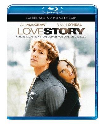 """""""Amare significa non dover mai dire mi dispiace"""": Ali MacGraw e Ryan O'Neal sono i protagonisti di uno dei film piu' romantici di tutti i tempi, Love Story di Arthur Hiller"""