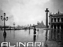Veduta della laguna dalla Piazzetta S. Marco sotto la pioggia. Sono visibili la   Alinari Shop