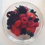 Deux filles chez Cojean... #passionfruitsrouges #demereenfille #cojean #saladedefruits #joliejoliejolie #paris6 #snacking #bonneadresse