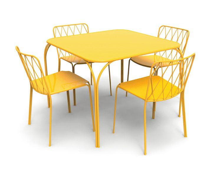 Il tavolo giallo sole della collezione Kintbury di Fermob ha il piano in acciaio e la base in filo di acciaio con trattamento ad altissima protezione per uso esterno. Misura L 100 x P 100 x H 72 cm. Prezzo 651,20 euro. La sedia coordinata misura L 50 x P 55 x H 78,4 cm. Prezzo 226,50 euro cad. www.fermob.com