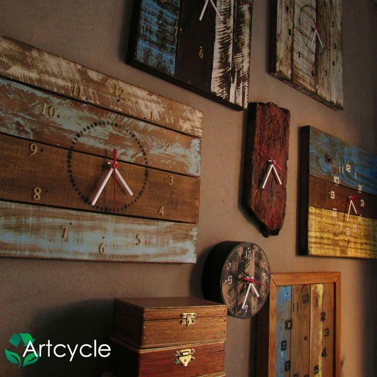 Relógios de parede,confeccionados com madeira de demolição recuperadas e tratadas com pintura provençal! Lindos!