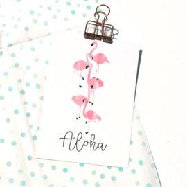Ansichtkaart Aloha flamingo Zomerse ansichtkaart met flamingo's en tekst Aloha. De kaart is geprint op dik kaartpapier met ruwe matte uitstraling.  Op de achterzijde is ruimte voor een adres en een persoonlijke boodschap. Leuk om te versturen, maar ook om op te hangen in een lijstje of met tape aan de muur! A6