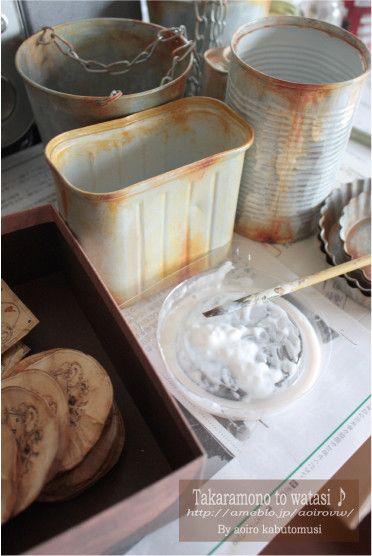 缶の継ぎ目や、へこんで傷が有る部分から水がつたって、錆びるのならば、 それを描いてみましょう♪ イメージできれば、それが仕上がりの理想となるので、よりお気に入りになるはずですよ^^☆  また、錆びないものに、錆びた加工をしても、出来上がってみると「?」ってなると思います。 木製品をブリキ缶のように・・・や、プラスティックをホーローのように・・。とかは、 出来たらとっても面白いと思うのですが、やっぱりリアルさにはかけてしまうのかもしれません。  あくまでも、私のやっている方法や技術では、そのような感じにしかならないので^^; もしうまく出来る方法をご存知の方がいらっしゃったら、ぜひ教えてくださいね^^♪  ⑦彩色が済んだら、用途によって、コーティングをかけます。 私の場合、白塗りや、ペイントは薄い感じに塗るので、それを守る意味でもコーティングをかけています。 室内用なら、ニスや、水性クリアスプレー、屋外なら、油性スプレー、等使い分けています。 屋内用で、ディスプレー用なら、省いてもOKです。   ⑧缶が仕上がったら、ちょっとおめかし。 ラベルを貼りましょう♪
