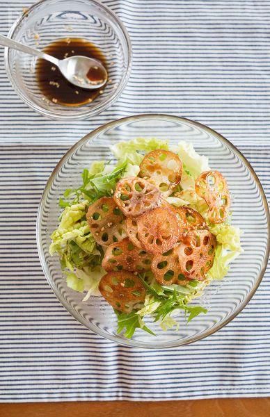 カリカリに焼いたれんこんの食感が楽しいサラダ。冬に美味しい白菜と合わせました。  中華ドレッシングはいろんなサラダに使えますよ♪