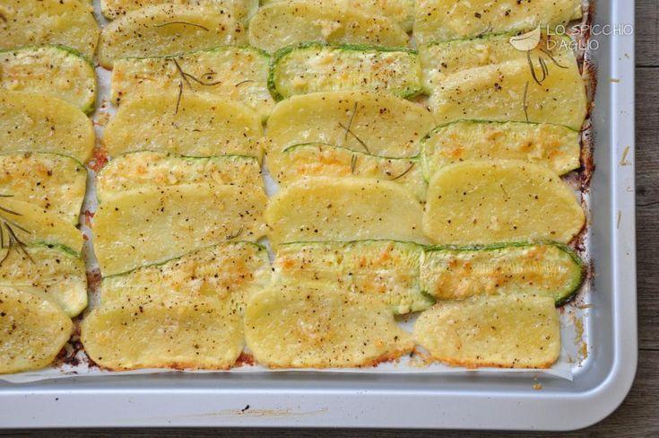 Le fettine di patate e zucchine al forno sono un contorno a base di patate e zucchine, che cuociono nel forno con una gratinatura di Parmigiano Reggiano. Sono semplicissime da preparare e anche piuttosto veloci, soprattutto se si ha una buona mandolina, che affetta in un attimo le verdure.