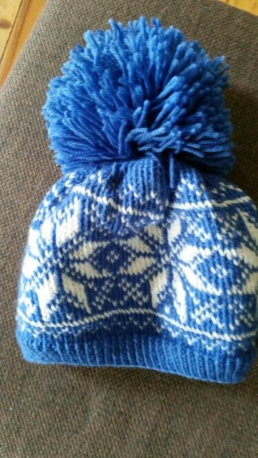 Woolen hatt matching with gloves. Selbu, traditional norwegian, scandinavian knitt design.
