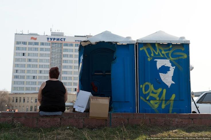 Омск. такие туалеты могут быть только на стройках и массовых мероприятиях. В городах необходимо устанавливать нормальные стационарные туалеты. Они должны быть чистые и удобные. В эти вонючие пластиковые будки страшно зайти. Лучше в кусты сходить, что многие и делают.
