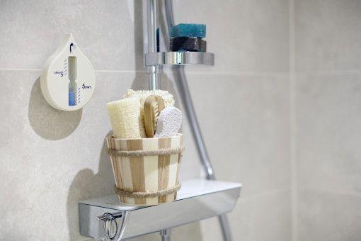De #badset Tobbe is een leuk #geschenk om weg te geven. De badset zorgt voor een luxe #wellness gevoel bij iedere relatie. De leuke, #houten mini #wastobbe is gevuld met een #spons met #sisal, een #nagelborsteltje, een puimsteen en een #badspons.