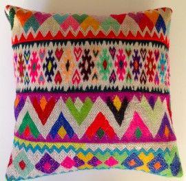 Mooi kelim kussen uit Peru.  Kelim staat voor een plat handgeweven doek met verschillende patronen.  Het kussen is gemaakt van verschillende stroken doek. De achterzijde heeft een zwarte rits en de binnenzijde is geheel gevoerd.   Een super mooi kussen van een zeer goede kwaliteit!   Lengte 40 cm; Breedte 40 cm.  Uit: Cusco, Peru