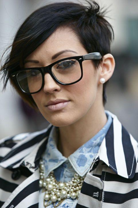 Trägst Du eine Brille?  12 Kurzhaarfrisuren speziell für Frauen mit einer Brille
