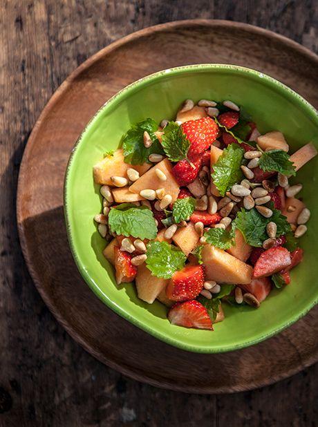 Melonsalat med jordbær, citronmelisse og pinjekerner - mums!