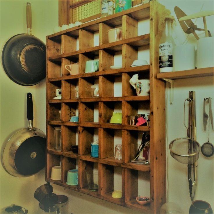 SPF材で作った格子棚です。 我が家はキッチンで使ってます。 下段の収納スペースが縦長で、上段は横長にしてあるので いろいろな物が飾れます。