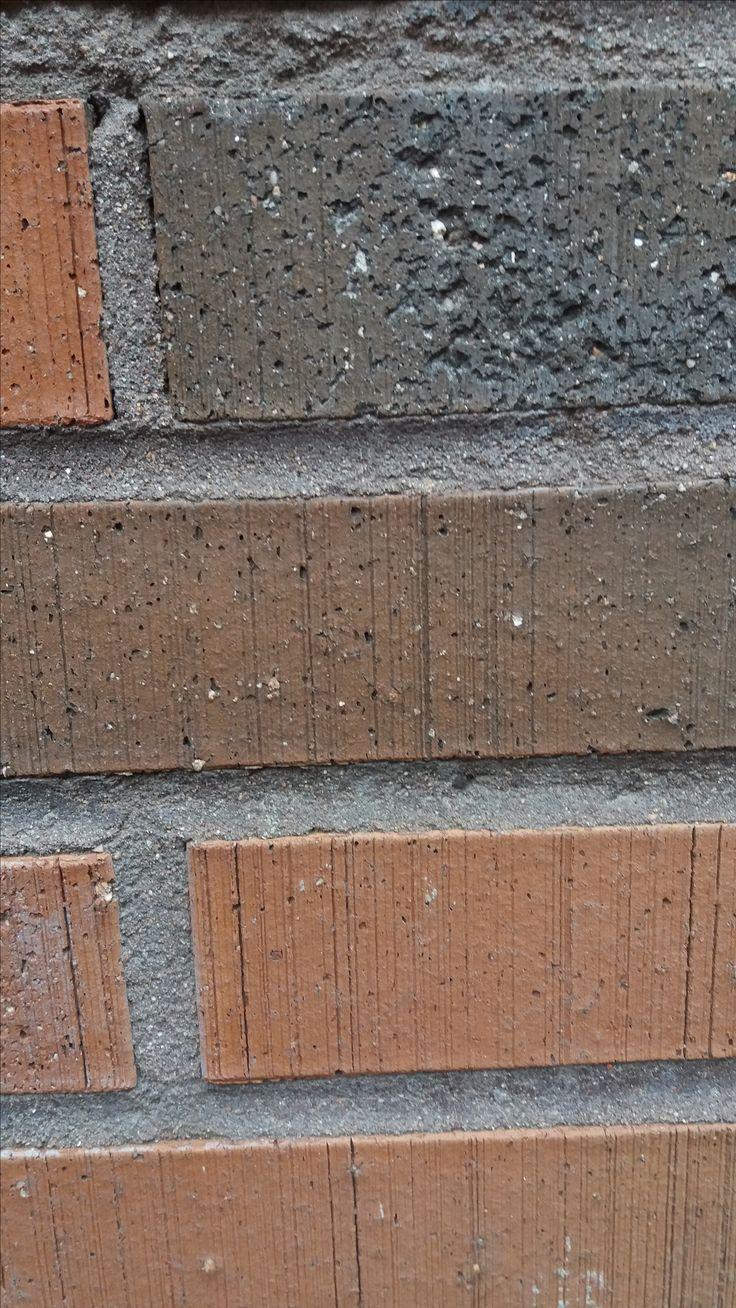 Seinän materiaali on punertavaa ja karheaa. Tilan tunnelma on kiireinen, koska ohikulkijat ovat kaikki menossa johonkin, kukaan ei kävele päämärättömästi. Tila on myös kylmä, märkä ja likainen.