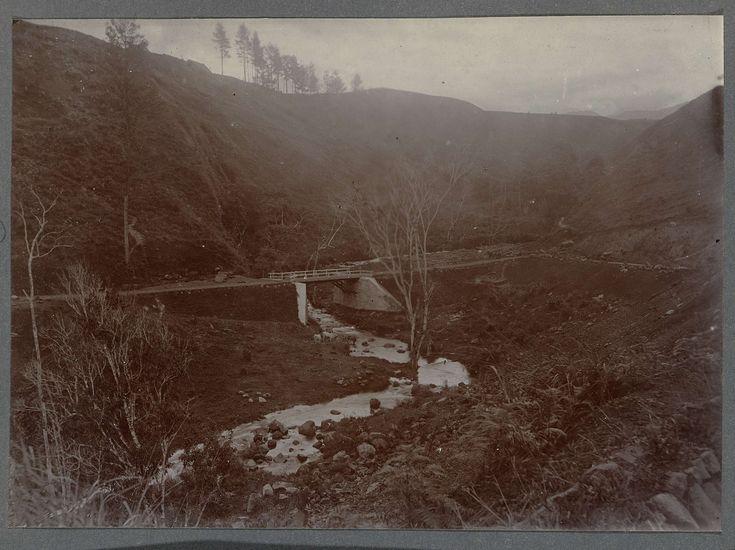 Anonymous | Brug over de rivier Alue Teungoh, Anonymous, 1903 - 1913 | Brug over de rivier Alue Teungoh. Ingeplakte foto in een album met 87 foto's over de aanleg van de Gajoweg op Noord-Sumatra tussen Bireuen en Takinguen tussen 1903-1914.