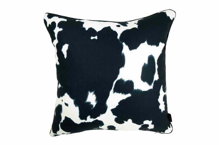 柄の輪郭をぼかした牛柄が高級感漂うクッションカバー #クッション #クッションカバー #アニマル #safari #牛柄 #cushion #cushioncover #pillow