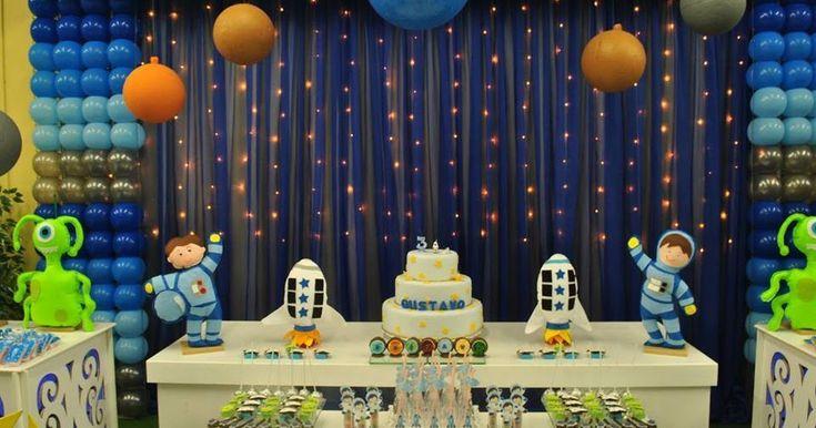 Que menino nunca imaginou ser um astronauta? Nesta festa pode, vejam que linda a decor e a mesa de doces!