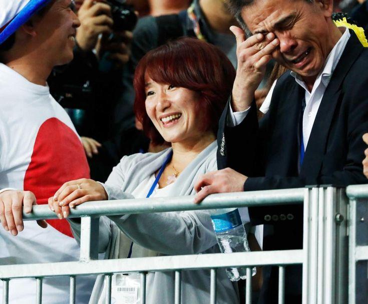 美しい笑顔で息子をみる母、父と言っても良い存在の竹内先生、大泣きしてます。良い写真だな
