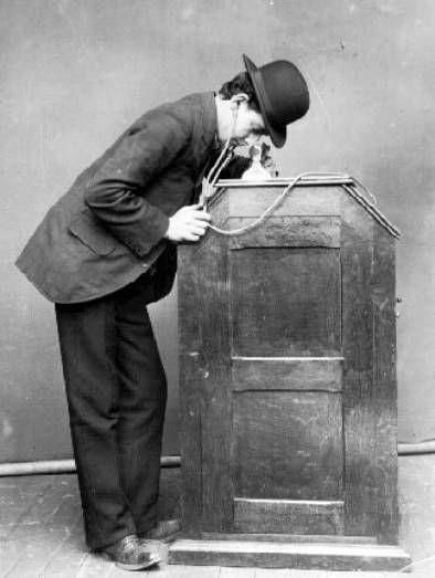 Foto publicitaria para o kinetophone, uma versão melhorada do kinetoscope de 1893, que juntava o kinetoscope com o phonograph para criar um sistema audiovisual.