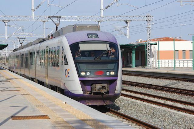 Για την Τρίτη 12 Ιουλίου η Πανελλήνια Ομοσπονδία Σιδηροδρομικών (ΠΟΣ) έχει προκηρύξει 24ωρη απεργία σε ολόκληρο το σιδηρόδρομο Μέχρι και τη Δευτέρα 11 Ιουλίου τραβούν χειρόφρενο τα τρένα και ο προαστιακός. Οι κινητοποιήσεις των εργαζομένων θα περιλαμβάνουν τρίωρες στάσεις εργασίας το πρωί, το μεσημέρι και το βράδυ. Ως εκ τούτου ακυρώνονται τα δρομολόγια όλου του …