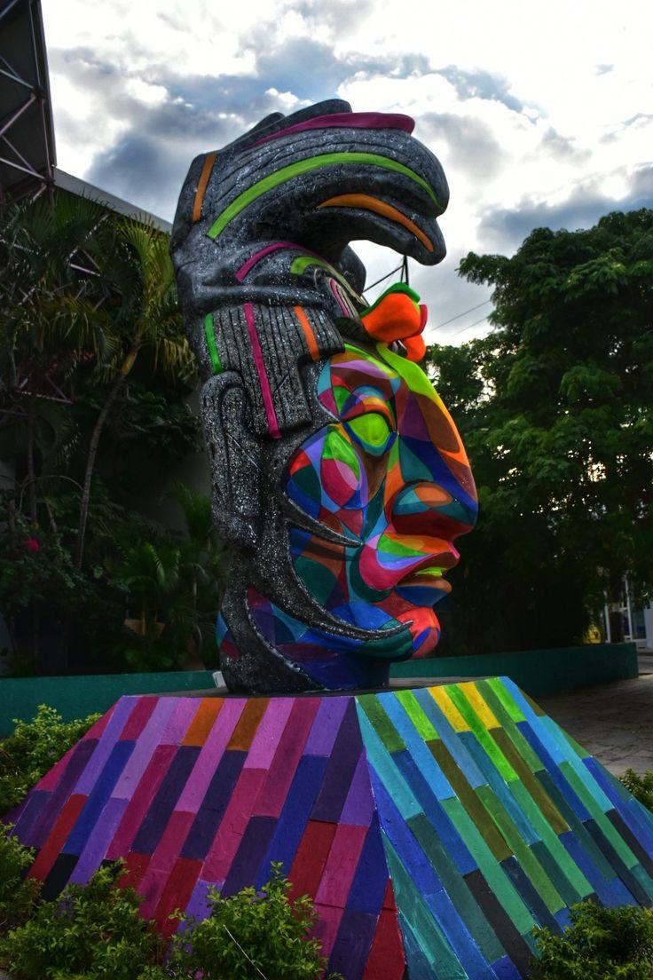 INTERVENCIÓN ARTÍSTICA... ¿EN LA CABEZA DEL REY PAKAL? -  En la ciudad de Tuxtla Gtz., Chiapas, México; una conocida escultura servía de punto de referencia en la parte poniente de la ciudad...    La escultura, que representa al Rey Pakal,gobernante icono de la cultura maya (y quien algunos aseguran pudo haber sido astronauta), se hallaen una conocida vialidad de la capital del Estado de Chiapas, y por mucho tiempo se mantuvo en su estado original, y en color blanco sin embargo…