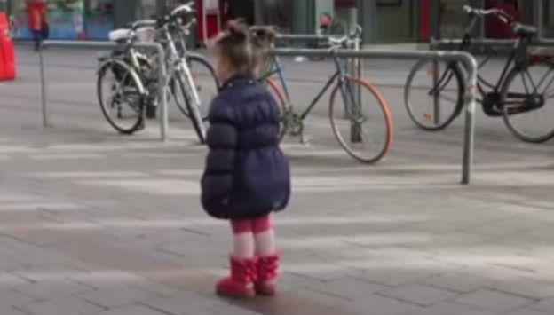 Σκληρό & Πραγματικό Βίντεο: Μόλις το δείτε δεν θα ξανάπαίξετε ποτέ με το Κινητό σας όταν είστε με τα παιδιά …