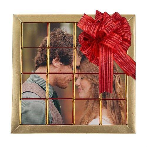 Fotoğraflı Sevgililer Günü Çikolatalar, akıllardaki çikolata tasarımına yepyeni bir boyut kazandırıyor.Fotoğraflı Sevgililer Günü Çikolataları şık kutusunda 16lı olarak gönderilecektir.