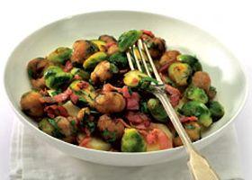 Salade tiède de pommes de terre aux choux de Bruxelles et au lard