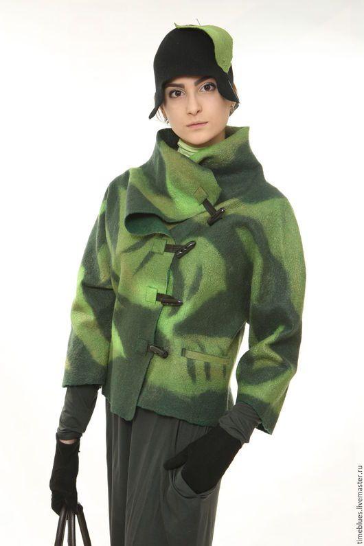 Легкая шерстяная куртка, выполненная  из тонкого войлока ручной работы с лиственным рисунком теплых зеленых цветов, из коллекции  Солнце на ладони. Осень - зима 2015г