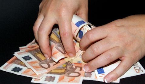 Auch diejenigen Leute, die Lotto System'http://www.westlotto.de/user/gaming/lotto/system/show.do'spielen, sind nicht wirklich cleverer als die anderen Menschen, die ohne System versuchen, beim Lotto spielen im Lotto zu gewinnen! Spieler, die es mit Lottosystemen probieren, halten sich zwar für schlauer, sind es in Wahrheit aber nicht: Lottosysteme vergrößern die Gewinnchance zwar minimal, dennoch ist die potentielle Chance, einen großen Gewinn abzuräumen noch immer verschwindend gering.