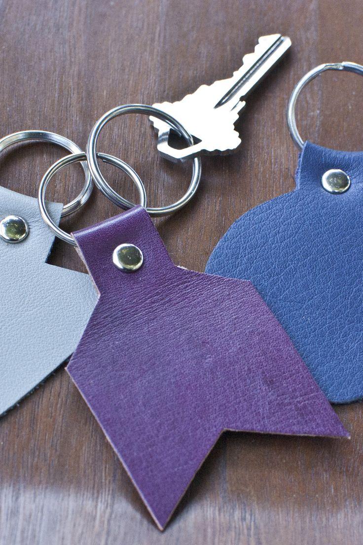 Een sleutelhanger maken is een leuk werkje, handig voor jezelf en origineel en persoonlijk om cadeau te geven. Gebruik een oude leren jas of tas...