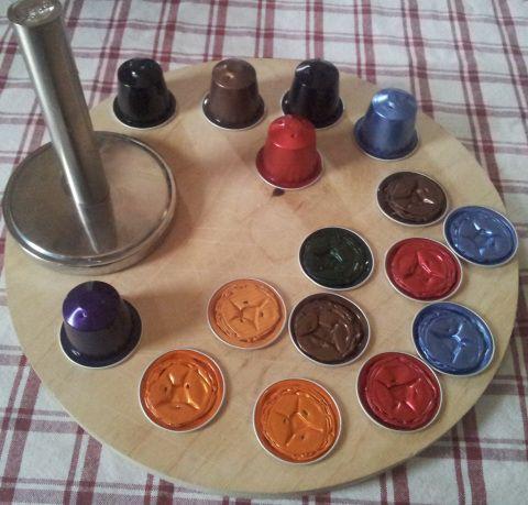 Ciao poteteprovare a casa da soli a creare i vostri gioielli di caffè, basta dotarsi di cialde nespresso, pinze, forbici, fili, perline, colla e tanta fantasia iniziamo Svutate le cialde del caffè…