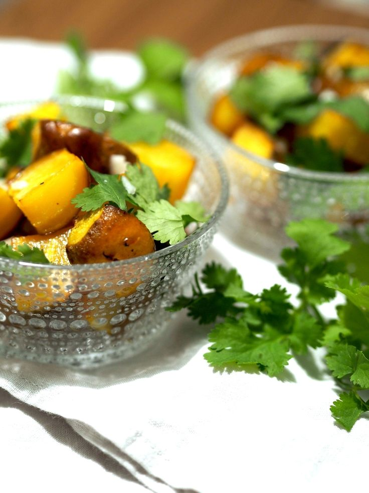 Roasted yellow beet with orange-flavoured olive oil, almonds, cilantro and cheese. Recipe at http://www.lily.fi/blogit/keittiossa-kaupungissa/paahdettua-keltajuurta-appelsiinioljylla
