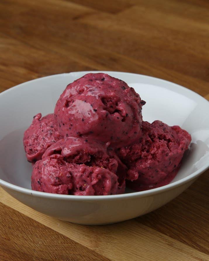 4人分材料冷凍ブルーベリー 1カップ冷凍いちご 1カップ冷凍ラズベリー 1カップバニラヨーグルト 1カップはちみつ 大さじ3作り方1. 全ての材料をミキサーに入れて、なめらかになるまで攪拌する。2.ガラス容器に入れて2時間以上冷凍したら、完成!