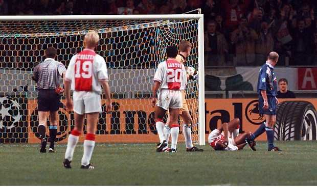 Paul Gascoigne (R) Glasgow Rangers still looks equally to Winston Bogarde, which he sold a staircase, while the referee (l) takes the red card out of his pocket. Received for this offense Gascoigne red and was sent off. Scholten (19), Santos (20) and Van der Sar watching. October 16, 1996. Credit: ANP - Cor Mulder.