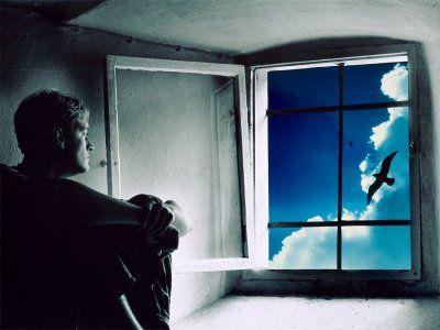 IMAGENS753: Homem-pensativo-olhando-pela-janela