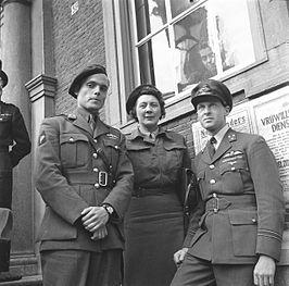 Erik Hazelhoff Roelfzema (rechts) met Peter Tazelaar (links )en Rie Stokvis (midden) tijdens het bezoek van Wilhelmina en Juliana aan Breda op 2 mei 1945.