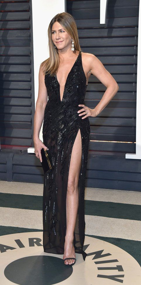 Jennifer Aniston in Atelier Versace attends the 2017 Vanity Fair Oscar Party. #bestdressed
