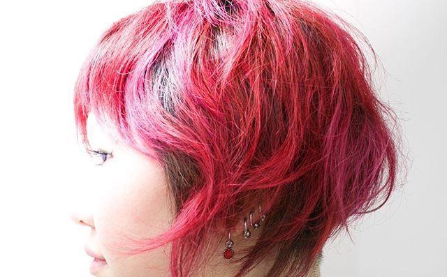 WEBSTA @ bluepafe_kota - #派手カラー 🌹🌷🌺#華やか に彩る#マニックパニック#マニパニ#イルミナ 根元は#アッシュ#スタイリング は#クシュっと #癖をいかす#ヘアスタイル#ボブ#サロンワーク#スタイル#撮影#red#pink#ash#hair#hairstyle #bob#salonwork #つくば#つくば美容室#ブルーパフェ