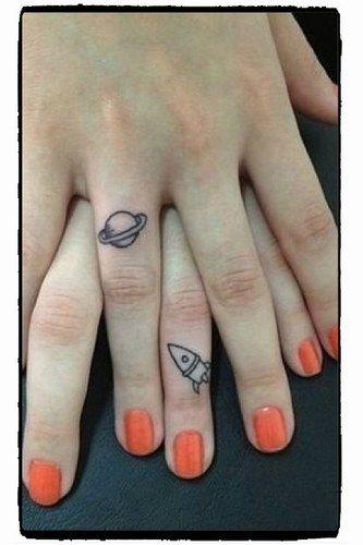 Liebe für immer: Die schönsten Ideen für ein Paar-Tattoo oder ein Tattoo für Geschwister - zum Beispiel mit Planet und Rakete auf den Fingern - auf: www.gofeminin.de/liebe/paar-tattoo-s1488425.html
