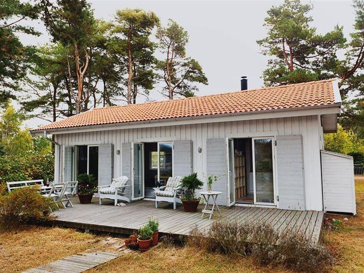 บ้านรูปทรงคอทเทจสีขาว สร้างด้วยไม้หลังคามุงกระเบื้อง ตกแต่งภายในโล่งตาน่ารักน่าอยู่ | NaiBann.com