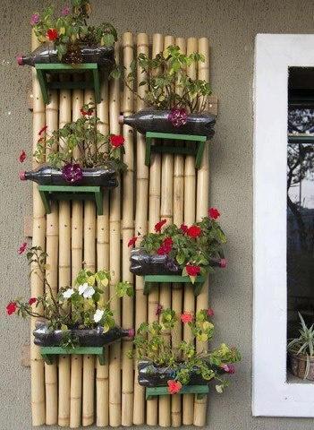 Mais uma inspiração para jardim suspenso!     Neste aqui, um simples apoio de madeira e garrafas pet formam um lindo jardim vertical!