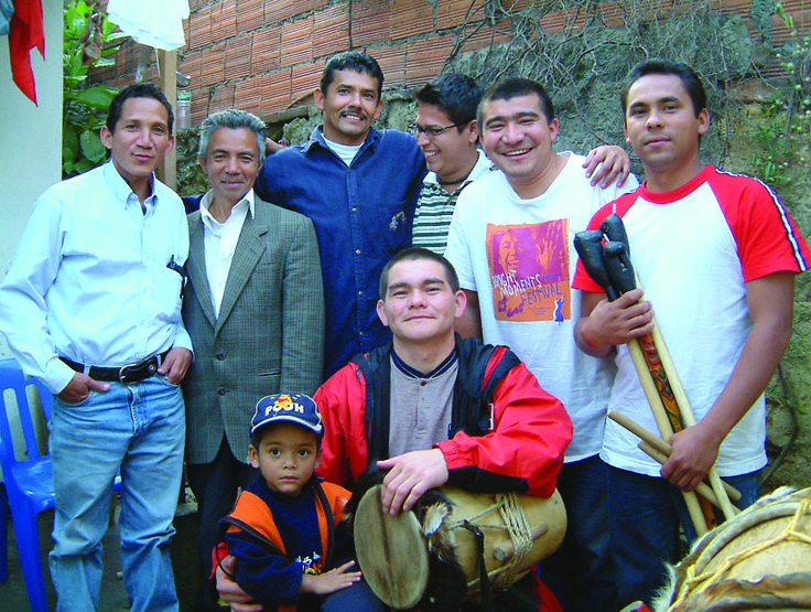 """Quienes quieran tocar al estilo de los gaiteros de San Jacinto, Bolívar, o acercarse a esta tradición musical de la Costa Atlántica encontrarán en el libro Gaiteros y tamboleros un novedoso método de aprendizaje con materiales visuales y sonoros producidos con el grupo """"Bajeros de la montaña"""", radicado en Bogotá, para que los lectores puedan tocar en vivo —acompañados de los maestros— y se multiplique esta escuela en Colombia y en el mundo."""