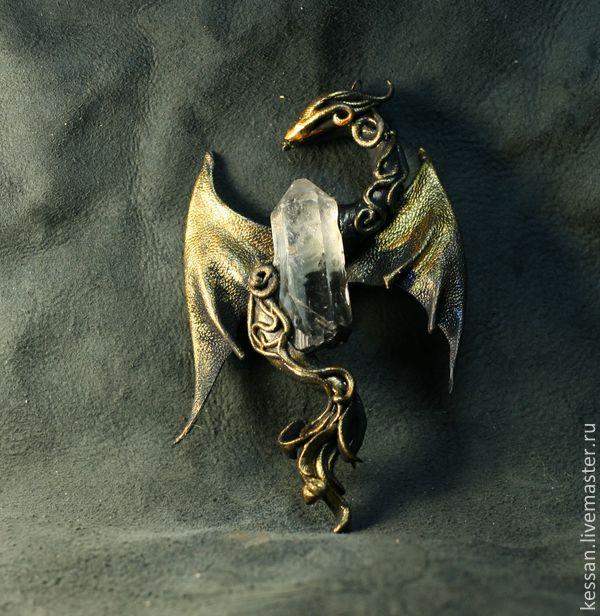 Купить или заказать Дракон кулон 'Хрустальный' в интернет-магазине на Ярмарке Мастеров. Дракон - мифологическое и фантастическое животное, очень почитаемое на Востоке. В китайской мифологии дракон - доброе существо, символизирующее мужское начало. В Китае, даже, в честь дракона каждый год проходит праздник драконьих лодок и карнавал, когда множество людей выходят в драконьих масках на улицы и исполняют национальный специальный танец. Считается, что своим танцем и маской они&hellip...